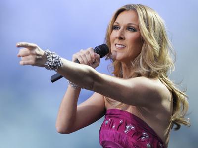 """Celine Dion, aflată în plin turneu, spune că """"se simte ok"""" după decesul mamei sale"""