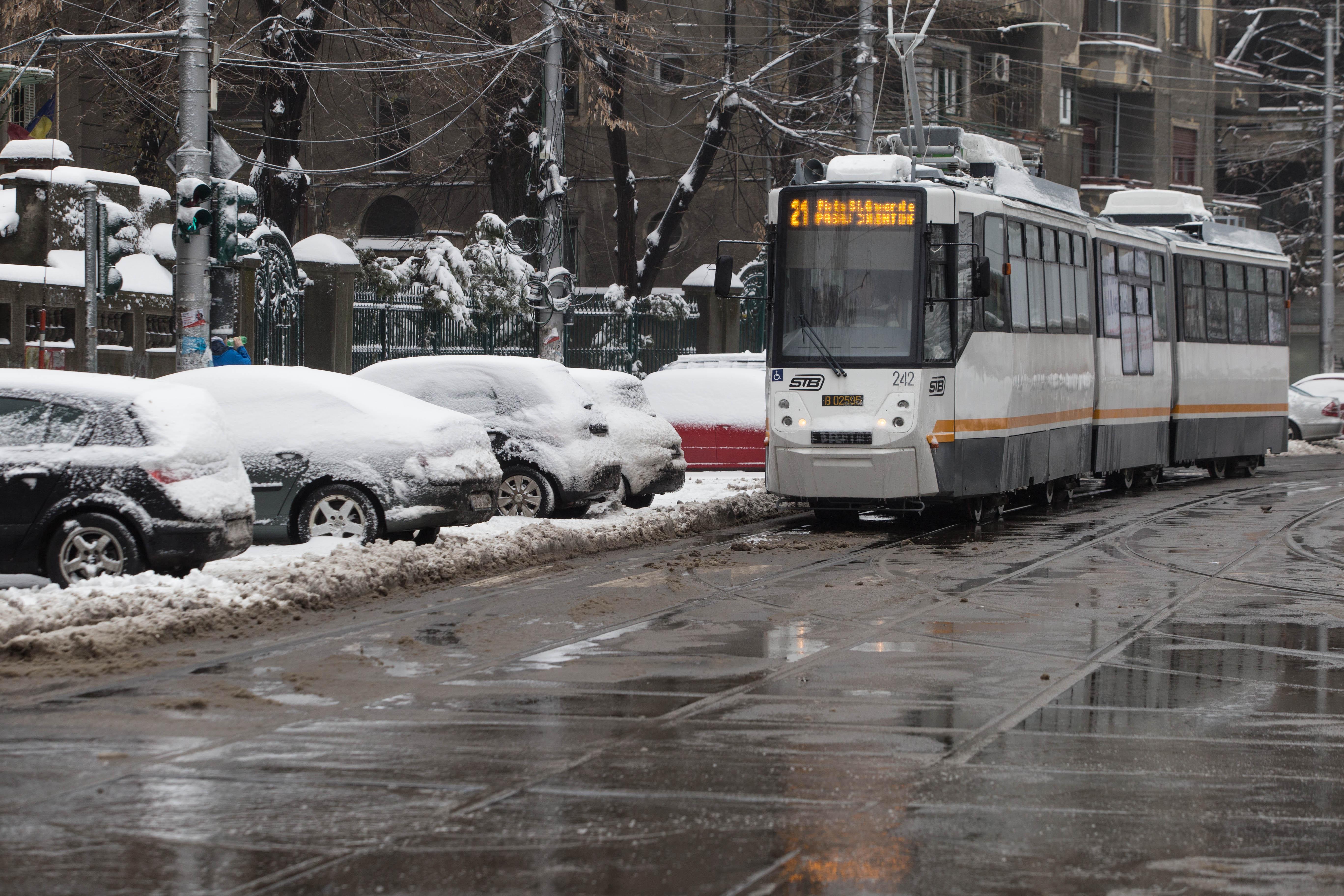 Gabriela Firea: Cinci linii de tramvai sunt afectate de vremea rea. Trei semafoare, avariate în Capitală