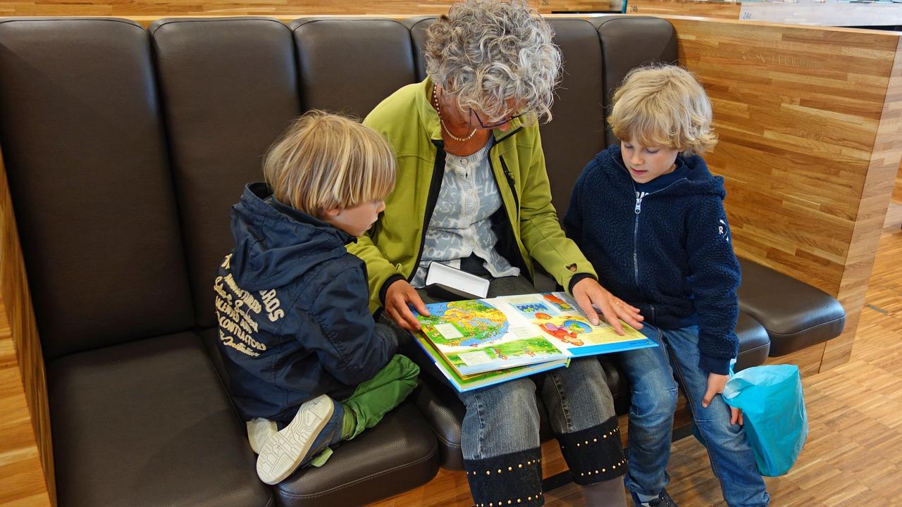 INDEMNIZAȚIE pentru bunicii care-și îngrijesc nepoții. Proiect adoptat tacit de Senat