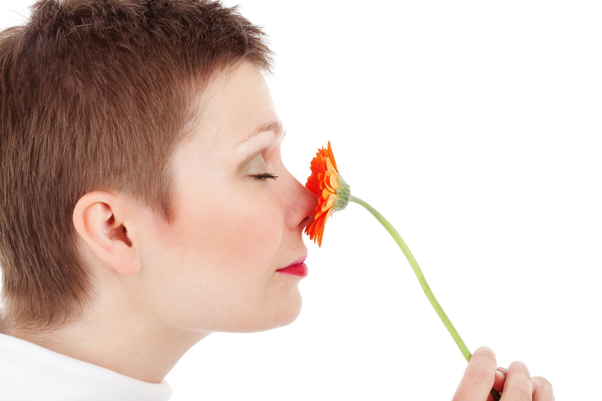 Dacă ți-ai pierdut brusc simțul mirosului sau al gustului, esti un posibil purtător al coronavirusului