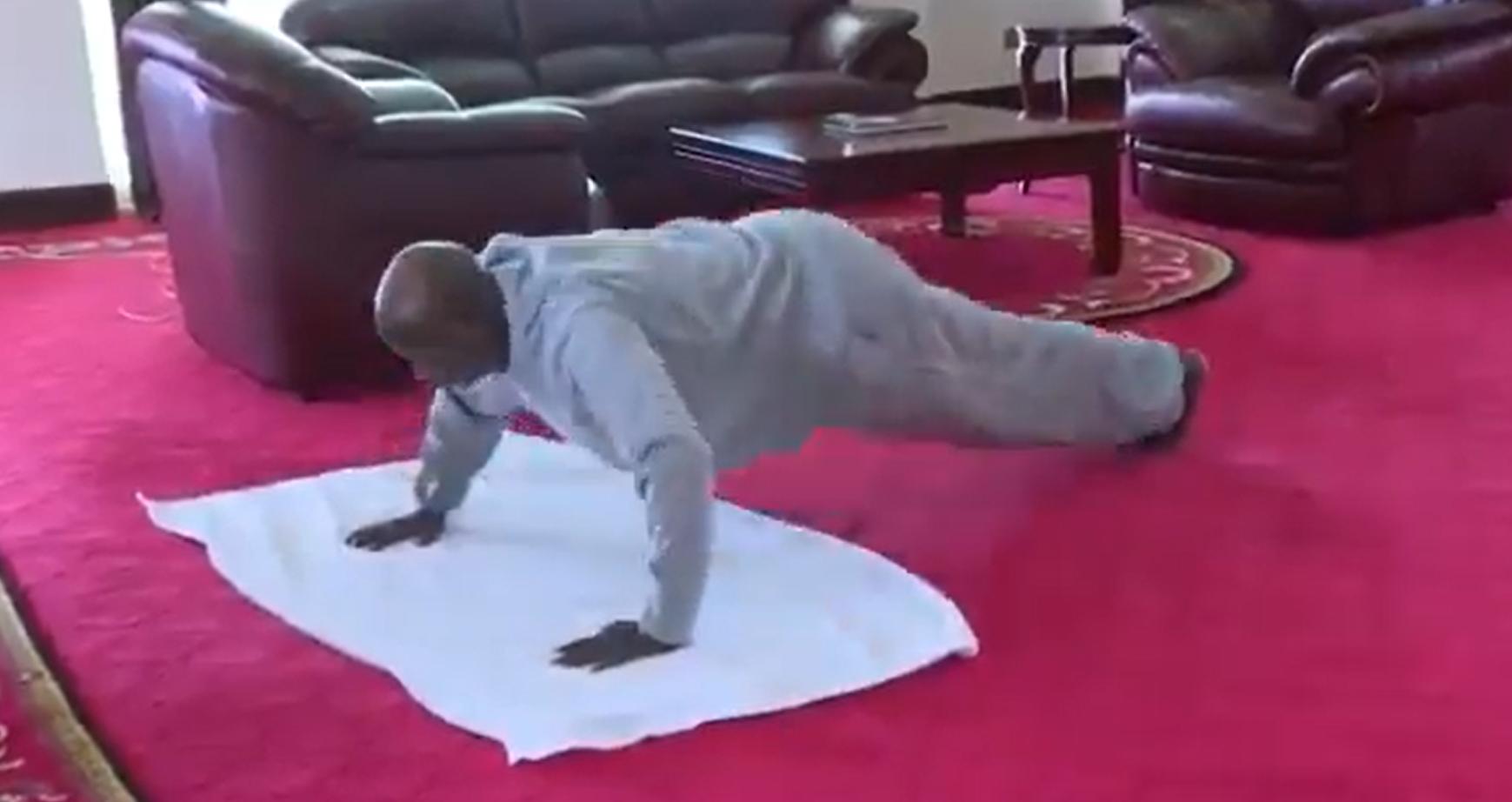 Clip de colecție. Președintele Ugandei îți arată cum să te antrenezi acasă, în izolare