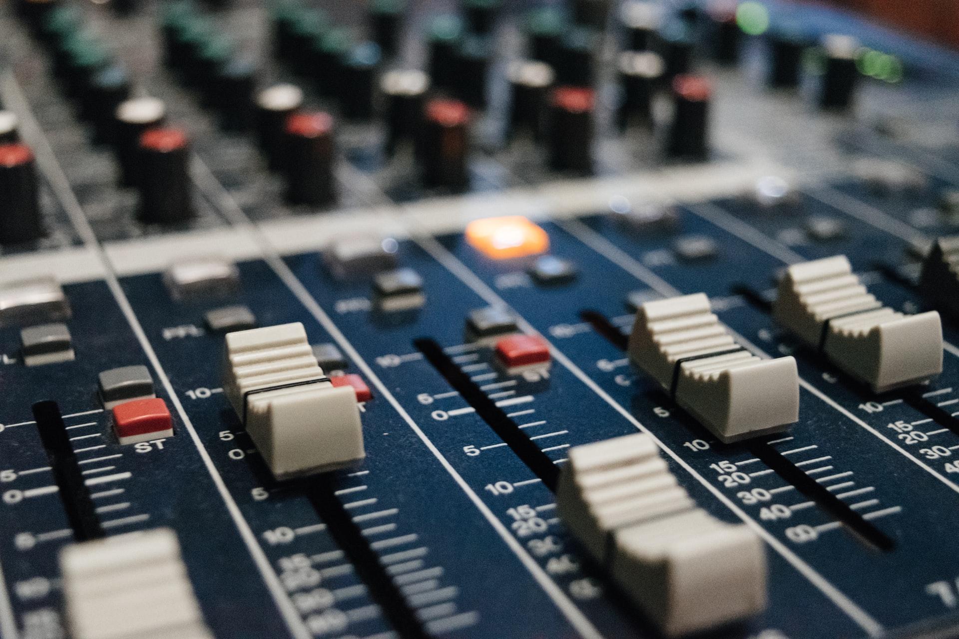 Posturile de radio private solicită suspendarea temporară a publicității pe postul public RadioFrance