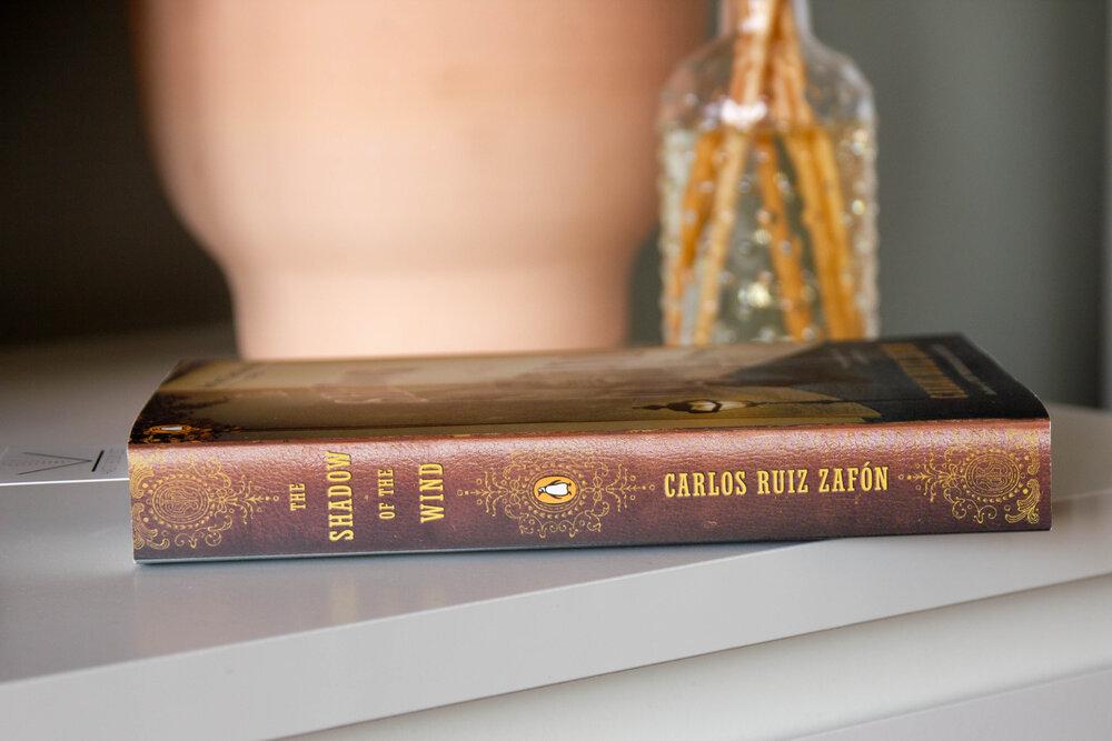 """""""Umbra vîntului"""" de Zafon. Despre parfumul redescoperit al cărților"""