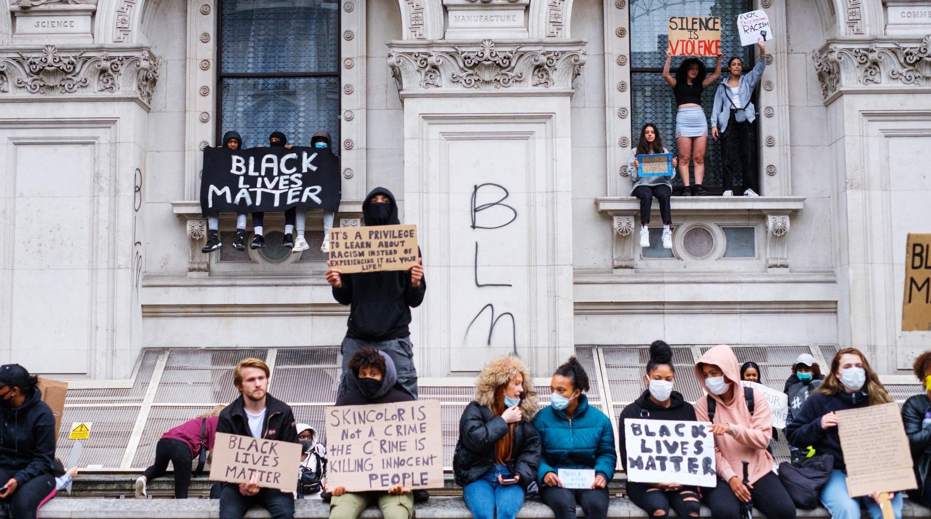"""De ce toate marile companii americane susțin """"Black Lives Matter """""""