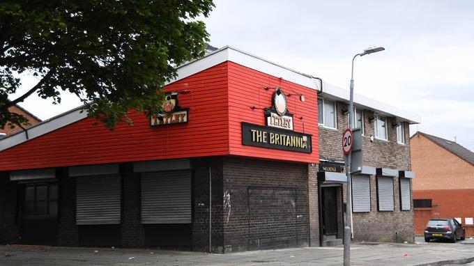 Izolare: 100 de petrecăreți s-au baricadat într-un bar și au atacat polițiștii cu bere