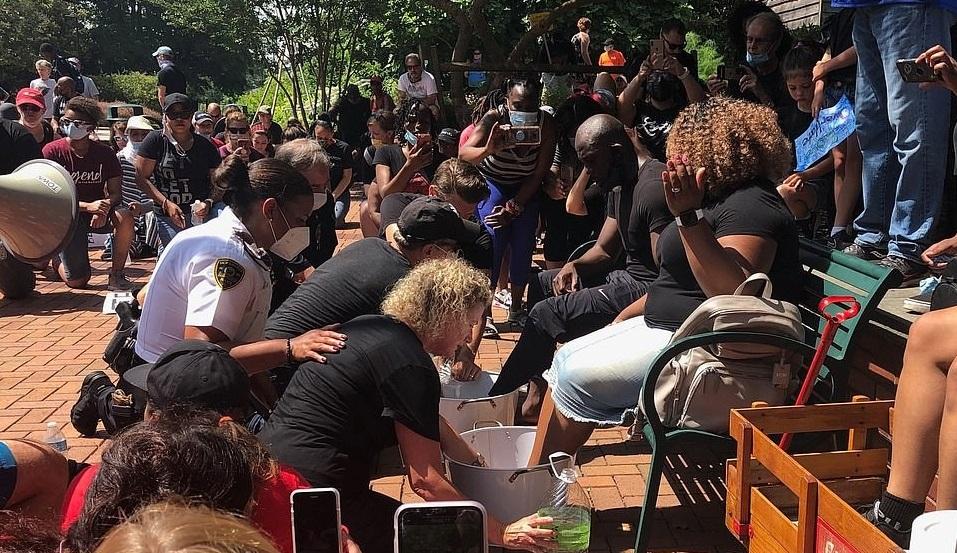 Statele Unite: Albii spală picioarele negrilor pentru a le cere iertare