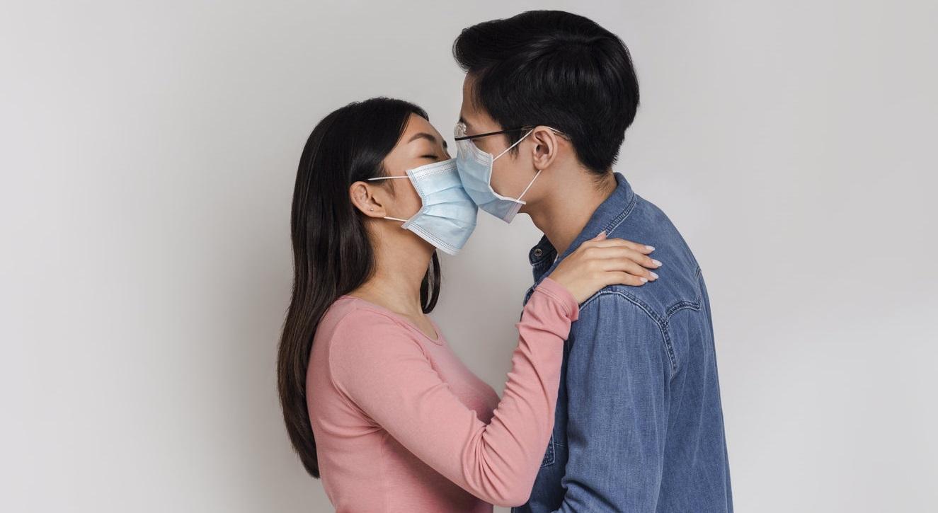 """Cuplurile """"ar trebui să poarte mască în timp ce fac sex"""", spun cercetătorii de la Harvard"""