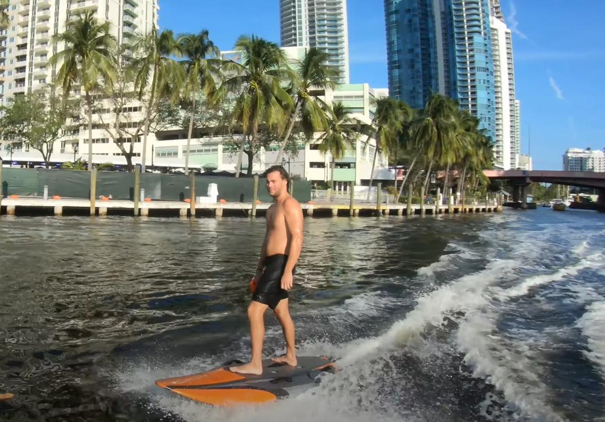 Distracție de vară cu distanțare. Placa de surf electrică pentru care n-ai nevoie de valuri
