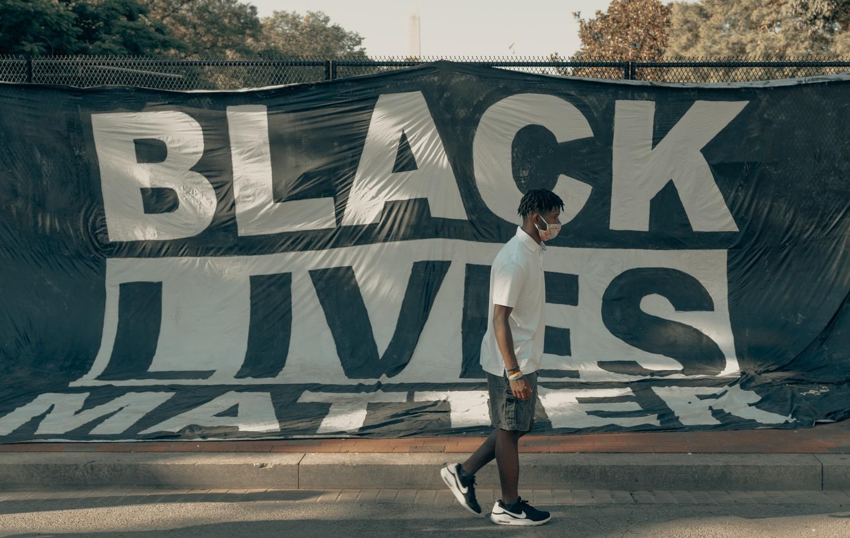 """""""Decizia New York Times de a scrie """"Negru""""cu majusculă și """"alb""""cu literă mică este aberantă"""""""