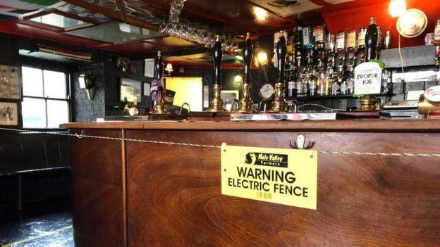 Anglia | Gard electric în jurul barului pentru a aplica distanțarea