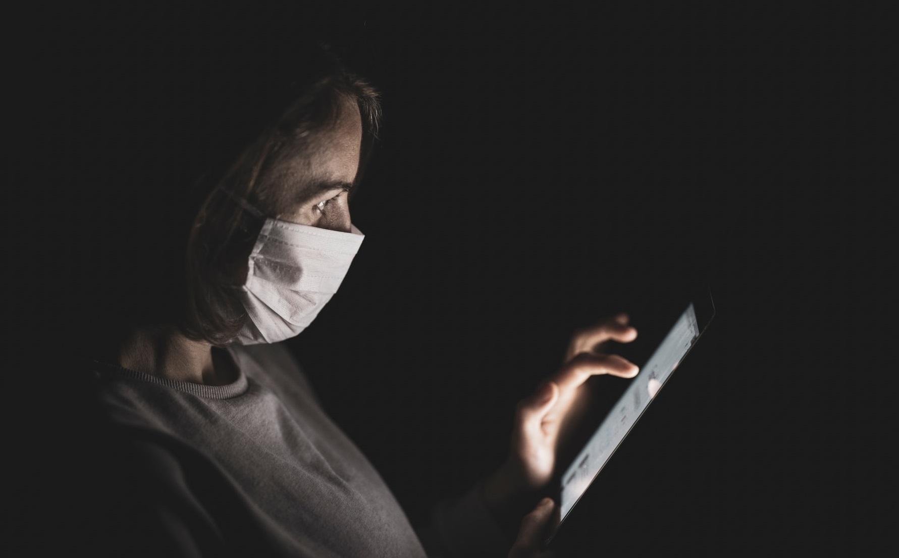 """""""Doomscrolling"""" sau """"excesul de informație"""" – efecte dăunătoare asupra sănătății mentale și fizice"""