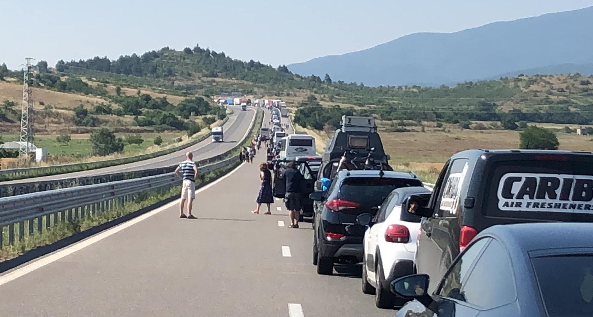 """Grecia: Coadă de 5 km la singurul punct de frontieră deschis. """"Se înaintează foarte greu"""""""