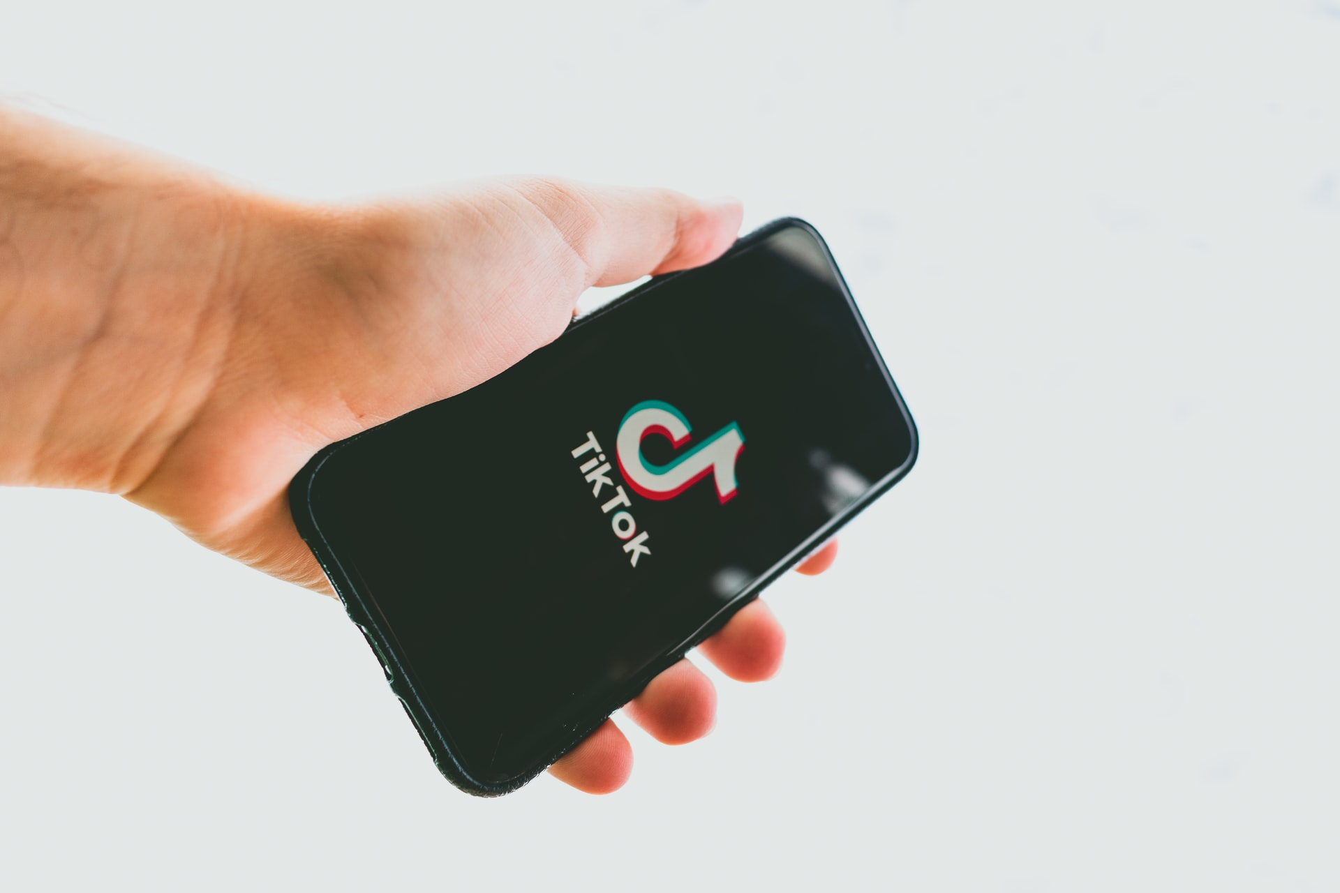 """Amazon le cere """"din greșeală"""" angajaților să șteargă aplicația TikTok de pe telefoane"""