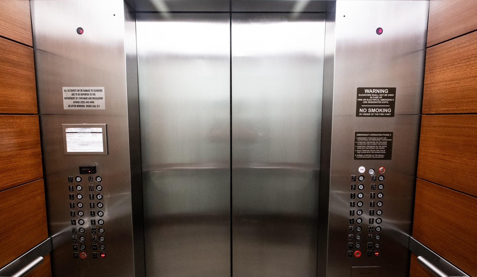 Covid-19 | A contaminat 71 de persoane folosind ascensorul clădirii în care locuia