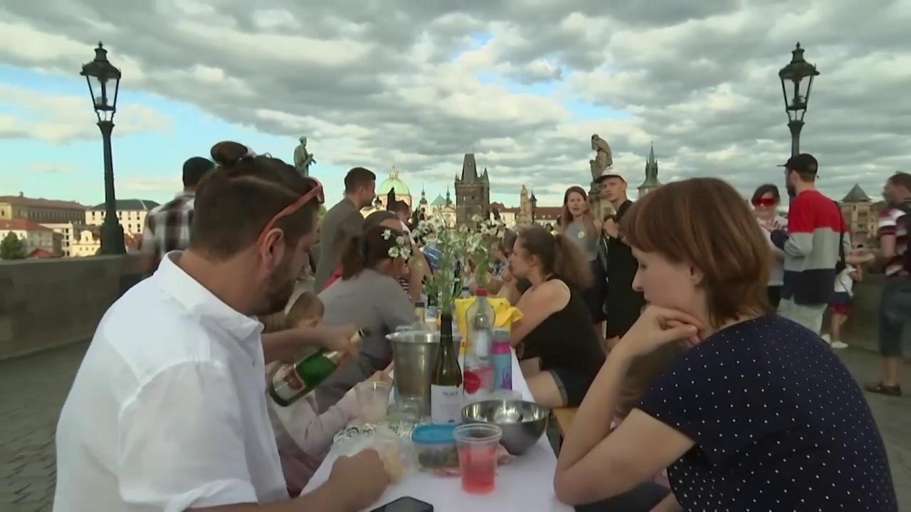 Cehia: Petrecere de adio pentru coronavirus, cu mii de participanți