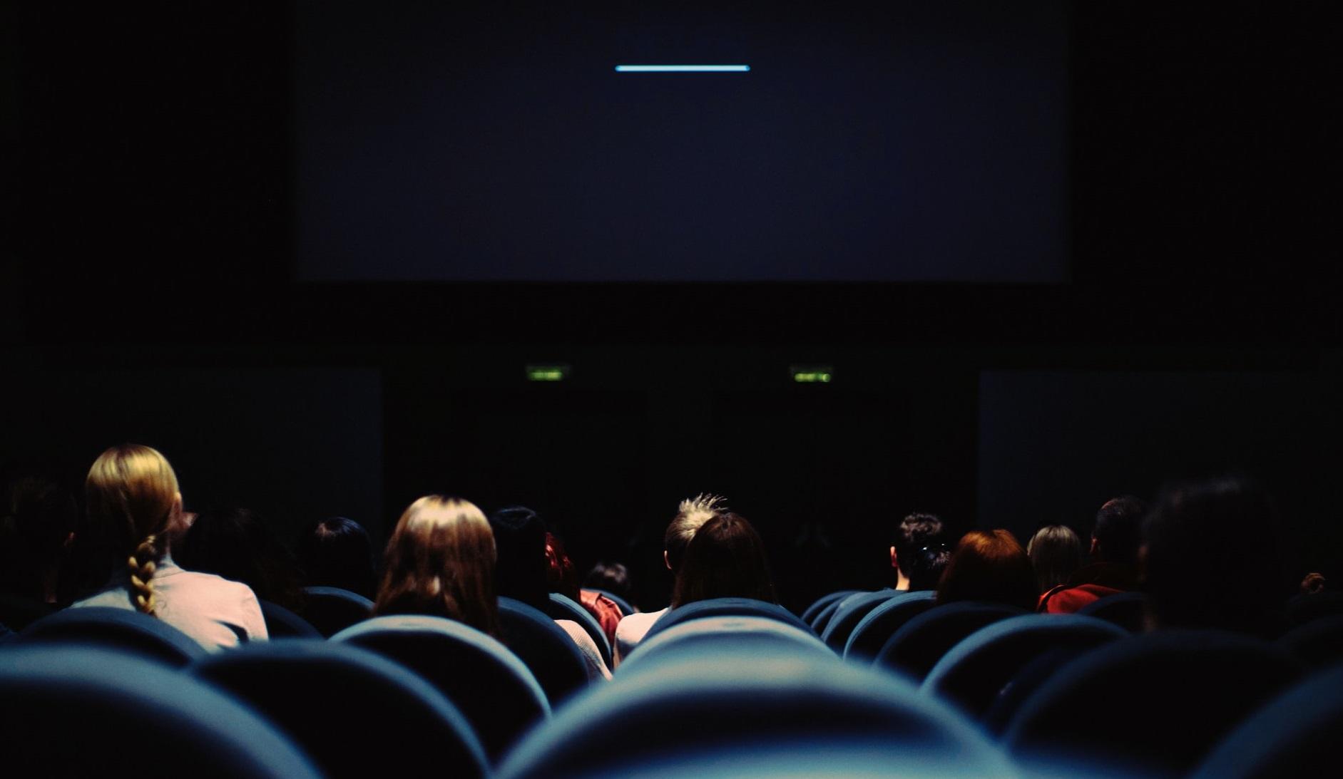 Cinematografele din lume au repornit proiectoarele. Nu și cele din România… sau Kosovo…