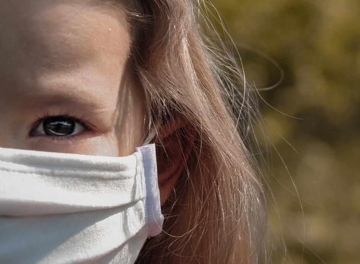 OMS| Copiii cu vârsta de 12 ani sau mai mari ar trebui să poarte mască, la fel ca adulții