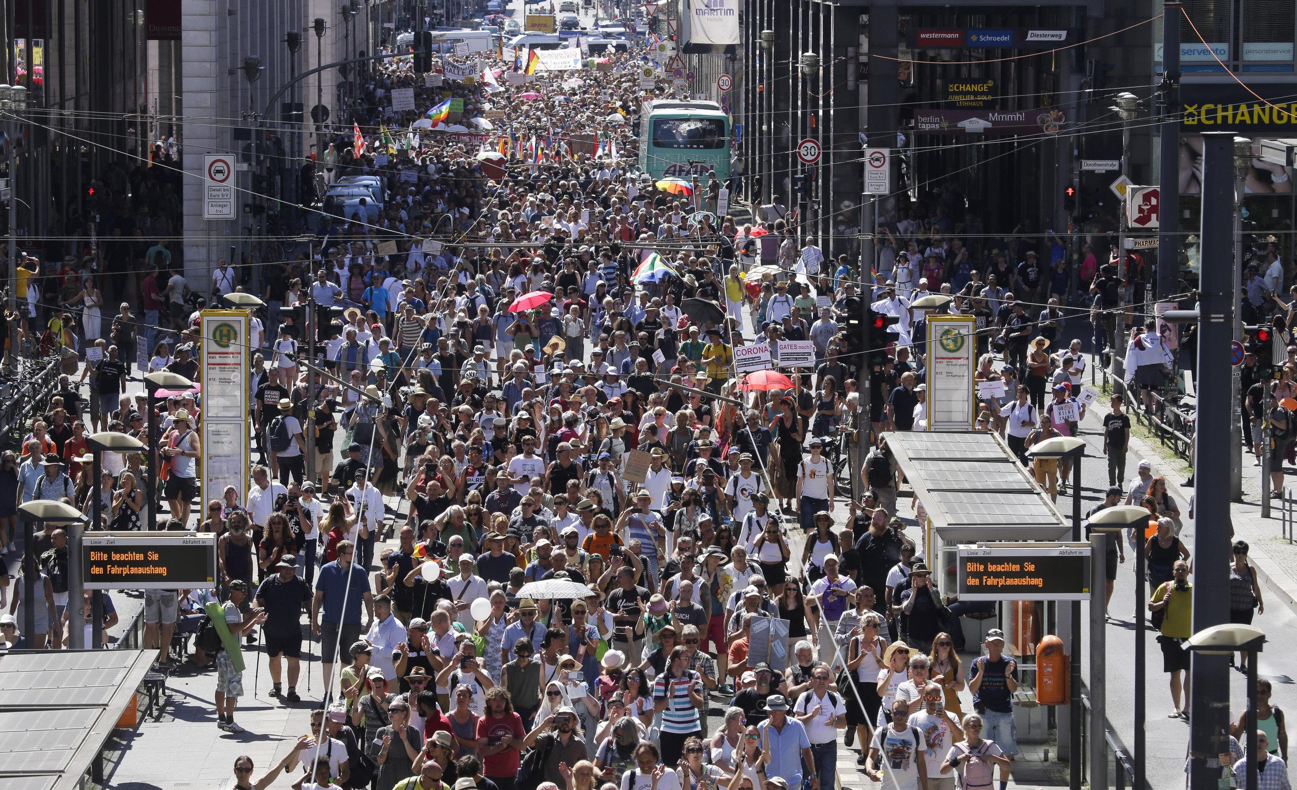"""Mii de oameni protestează împotriva restricțiilor, la Berlin. """"Ne-ați furat libertatea. Corona, alarmă falsă"""""""