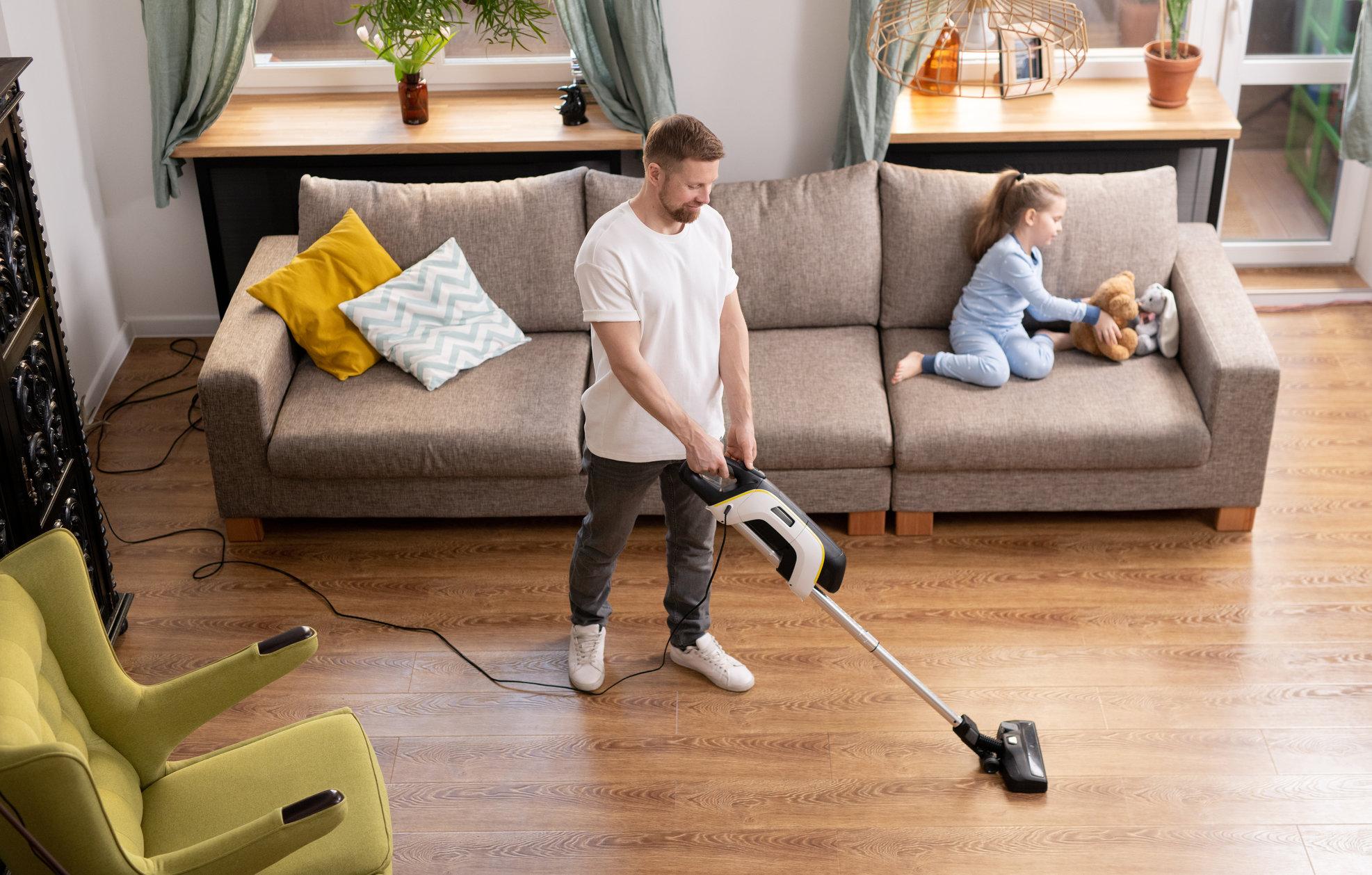 Studiu: Bărbații dedică mai multe ore treburilor gospodărești, în timpul epidemiei