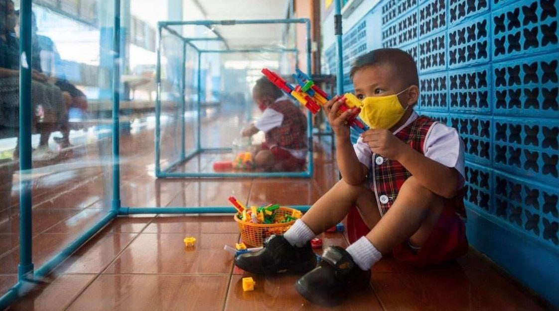 Măsuri extreme de siguranță într-o școală din Thailanda. Copiii sunt ținuți în cuburi de plastic