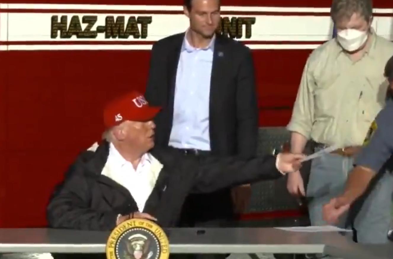 """Sesiune de autografe cu Trump: """"Vinde-l diseară pe eBay, iei 10.000 de dolari"""""""