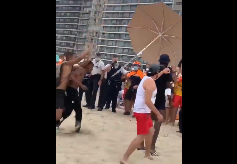 VIDEO| Polițiștii au vrut să evacueze plaja, dar turiștii i-au fugărit cu umbrelele