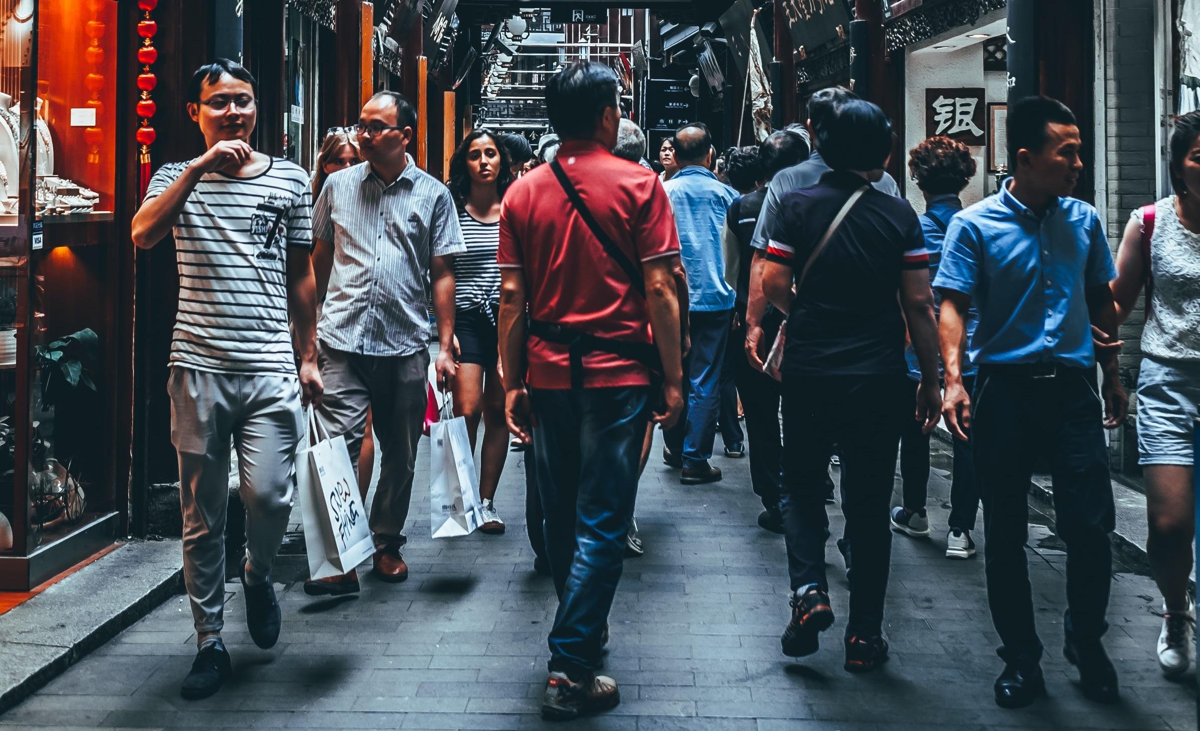 Wuhan renunță la mască, în timp ce tot mai multe orașe din Europa o impun până și în aer liber