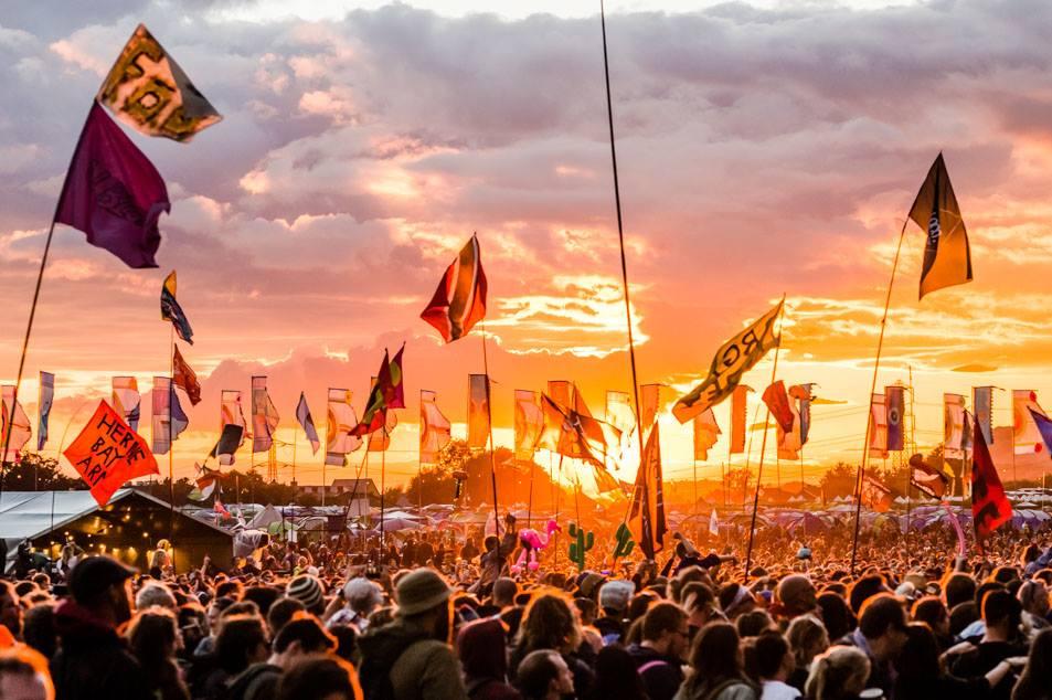 19 septembrie în muzică: 50 de ani de Glastonbury Festival și reuniune Simon & Garfunkel cu jumătate de milion de spectatori