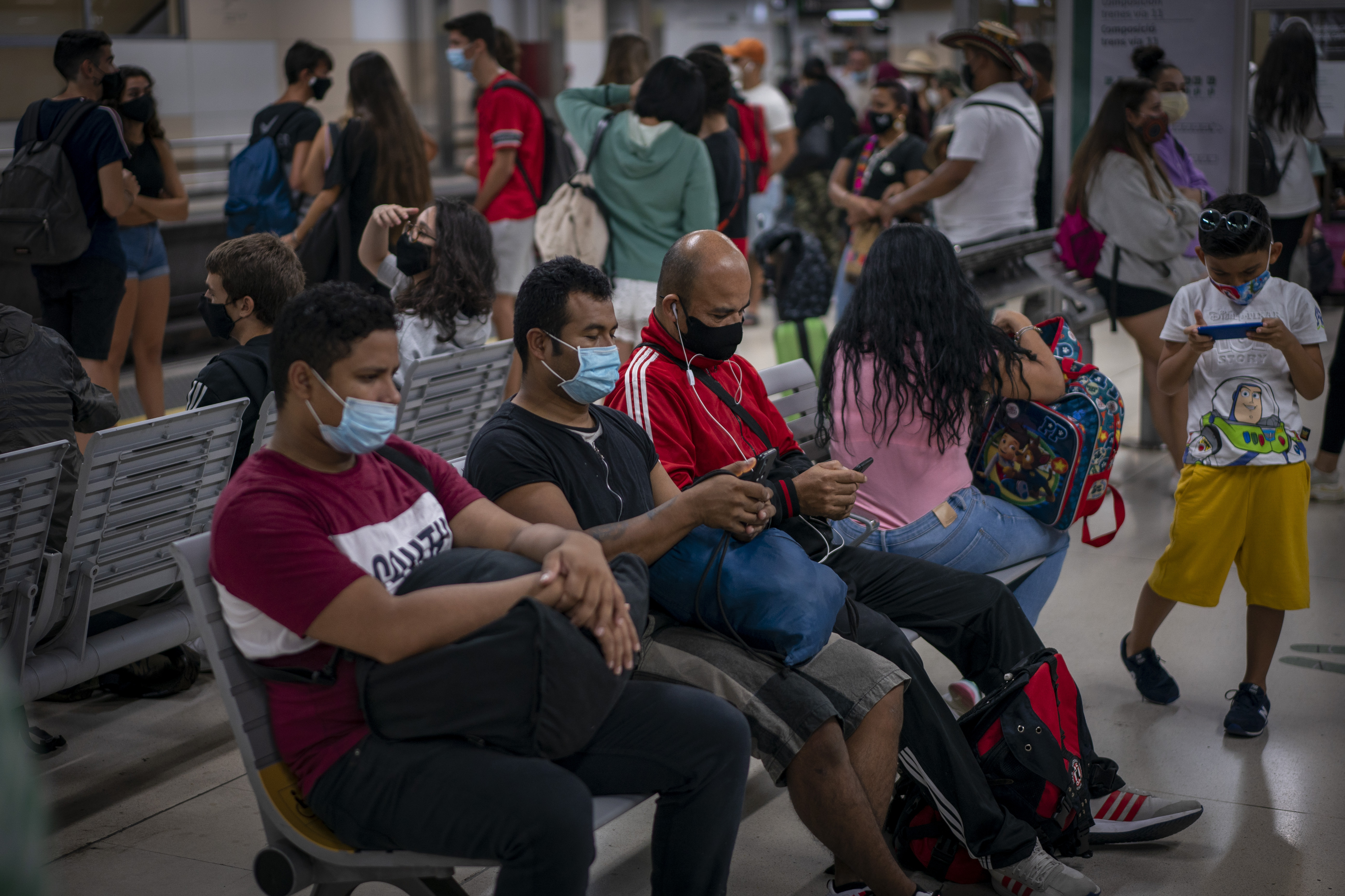 """Măsurile împotriva  epidemiei vor """"zombifica"""" societatea și indivizii"""