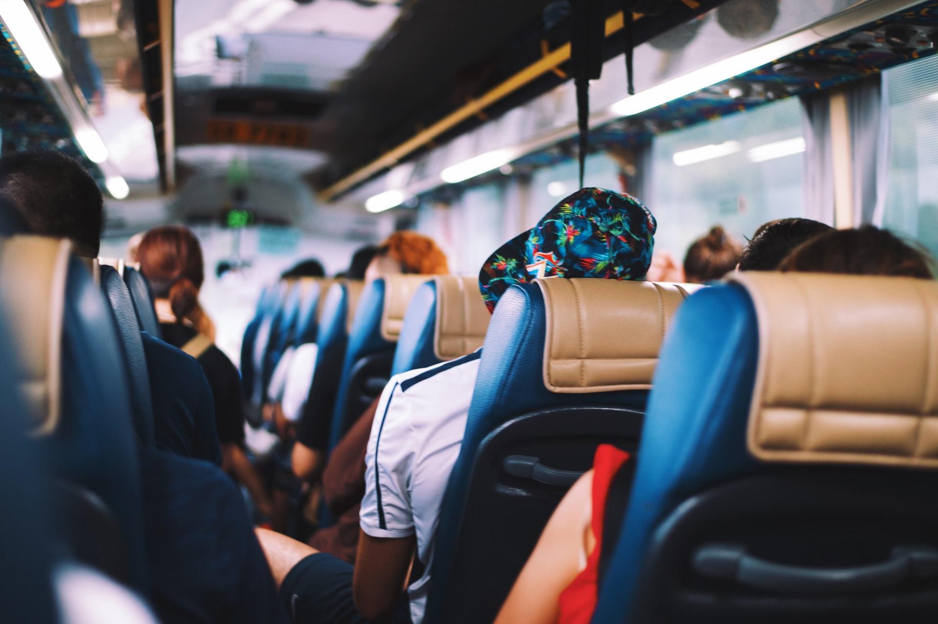 Călătorie cu autocarul| O treime din cei 68 de pasageri au fost infectați de un asimptomatic. Nu purtau măști