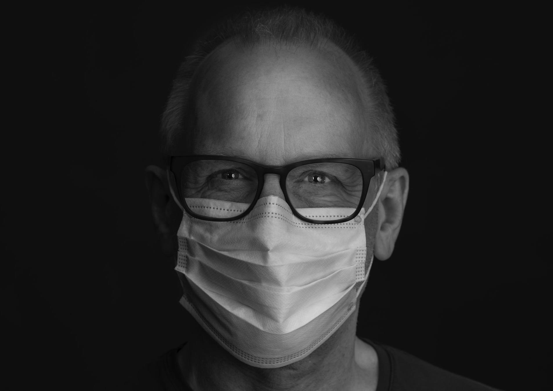 Ochelarii de vedere te feresc de Covid-19. Barieră pentru particulele infectate și contact redus al mâinilor cu fața