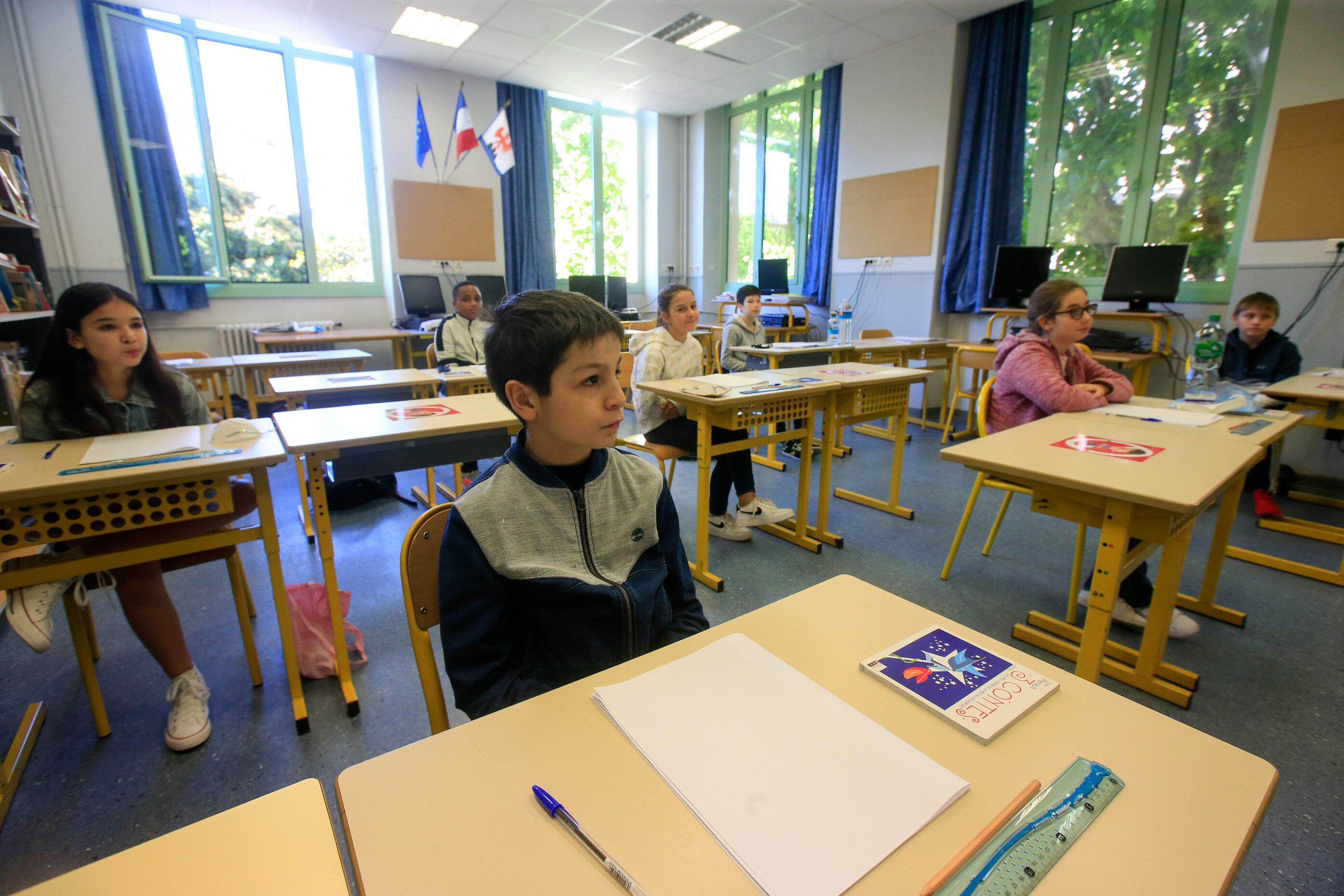 Primii elevi care revin în clase sunt cei din Franța și Begia. Chiar azi. În majoritatea ţărilor europene, anul şcolar începe în septembrie