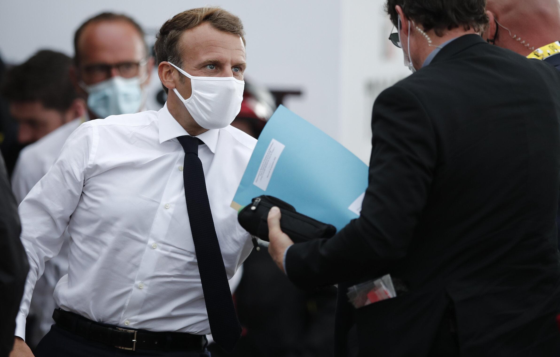 """Emmanuel Macron: """"Niciodată în istoria contemporană nu am cerut atâtea sacrificii tinerilor nostri"""". Restricțiile le-ar putea afecta viitorul"""
