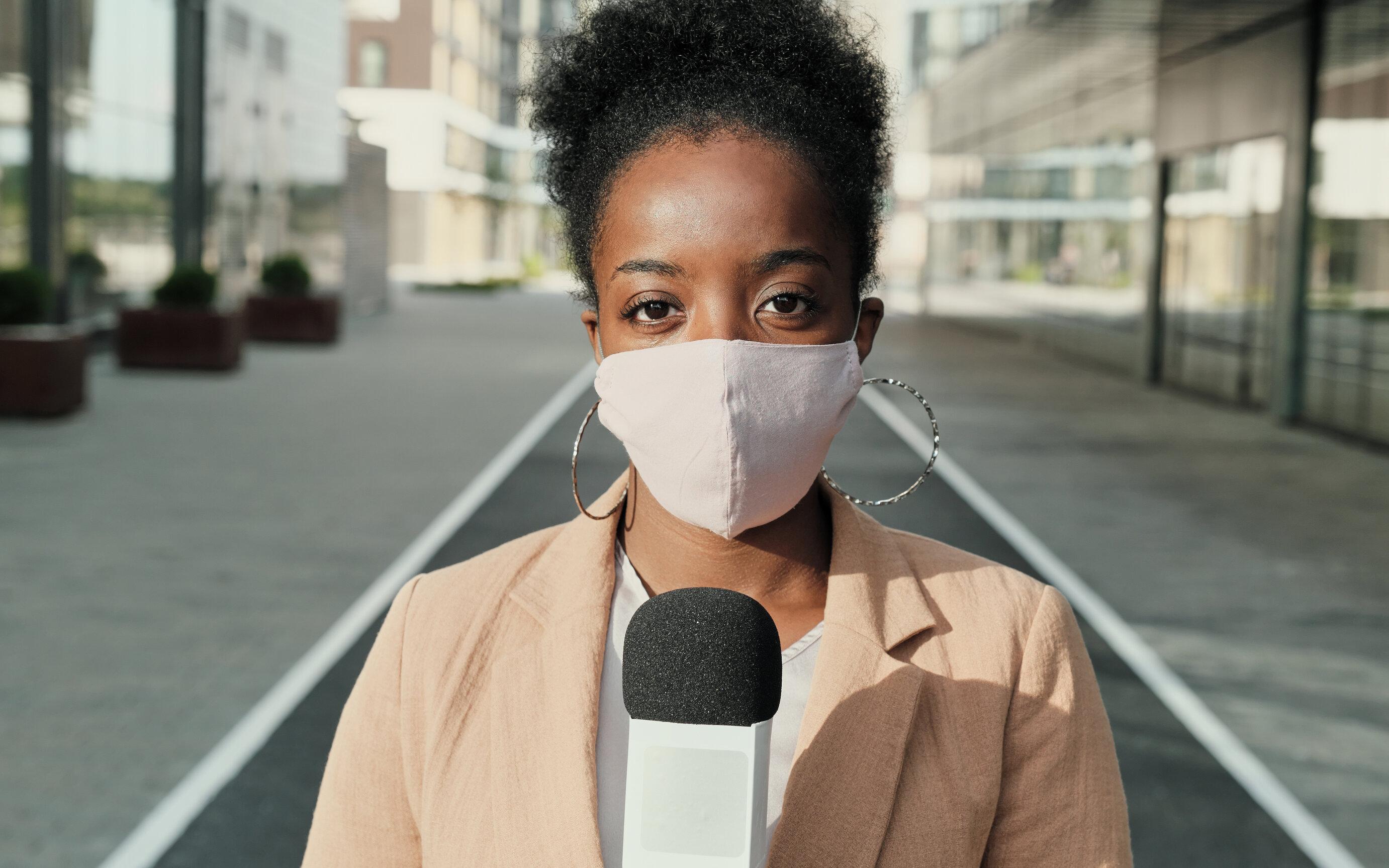 Masca pentru jurnaliști| Vrem să dăm un exemplu de conduită, dar cum se simt telespectatorii care văd doar oameni mascați?
