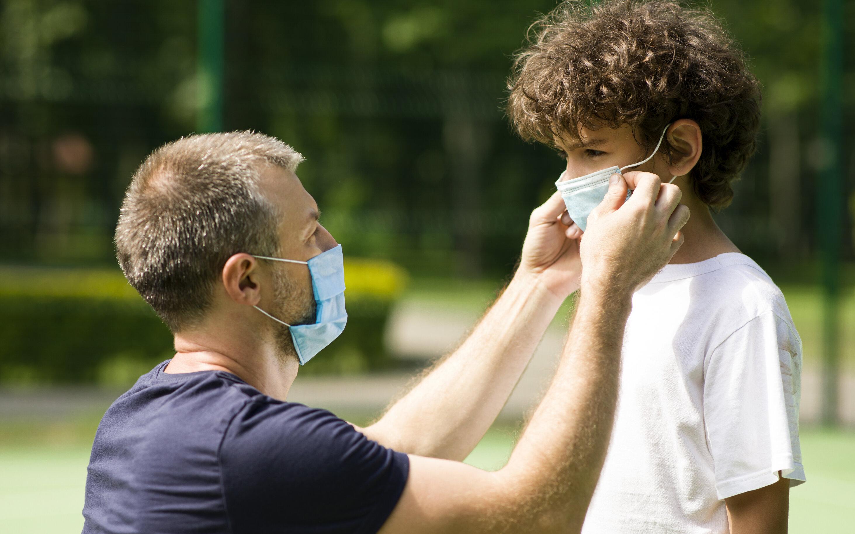 Utilitatea măștii în școli| Elevii joacă baba oarba cu masca pe ochi, ascund guma de mestecat în mască, o folosesc drept bentiță