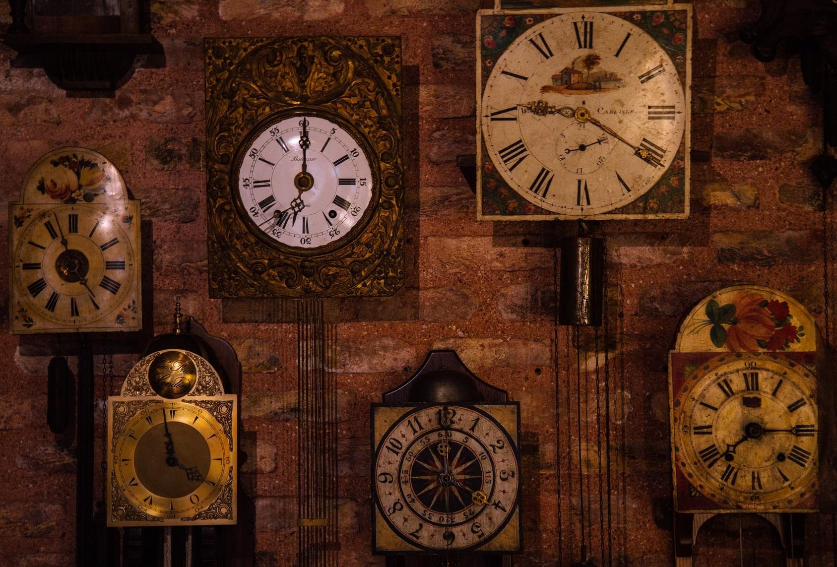 Angajații reginei Angliei au petrecut aproape două zile dând înapoi ora a 1.100 de ceasuri