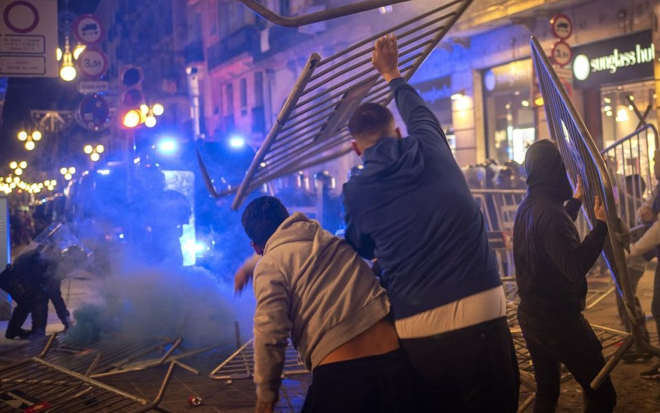 Barcelona| Proteste violente împotriva restricților. Manifestanții au atacat forțele de ordine