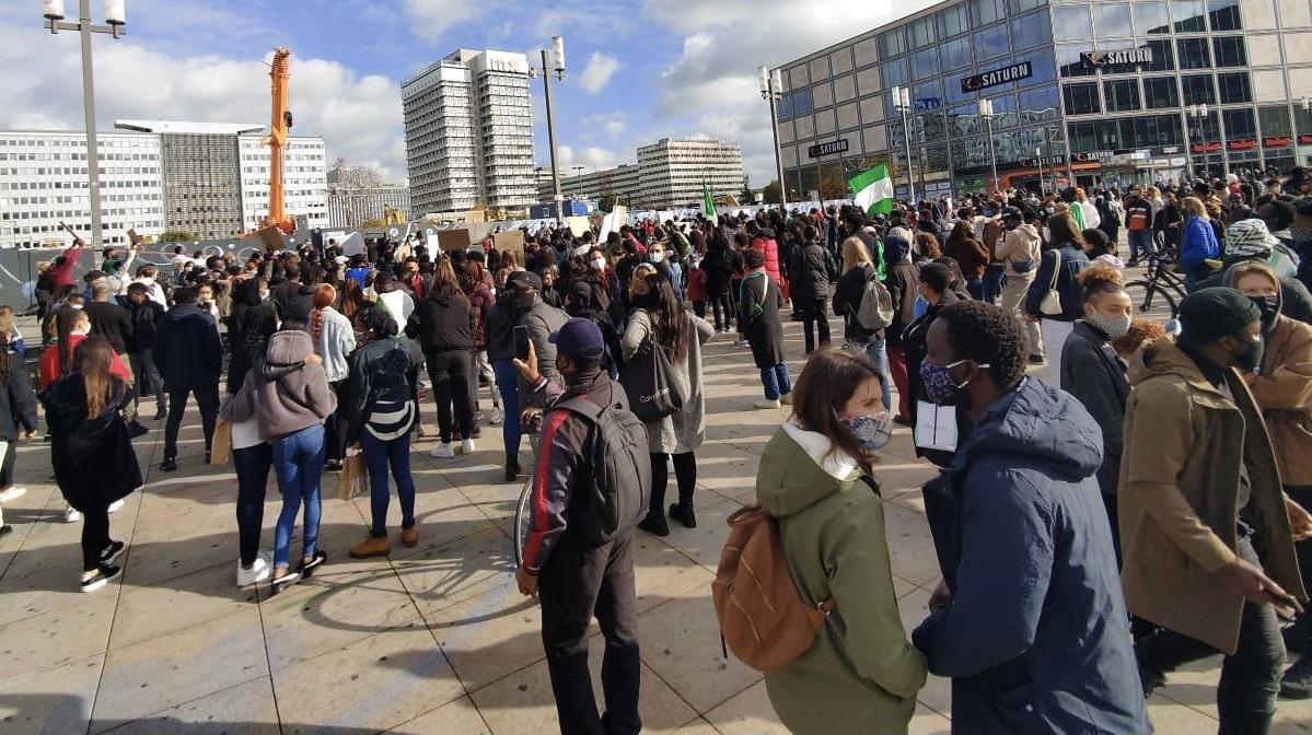 Berlin| Proteste de amploare împotriva restricțiilor. Manifestanții au incendiat o clădire a Institutului Robert Koch