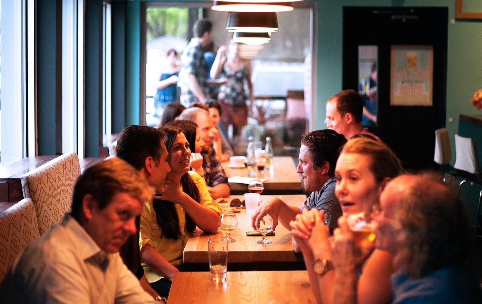 Cum păcălesc restricțiile restaurantele din Londra. Grupuri de 30 de persoane, fără a încălca legea