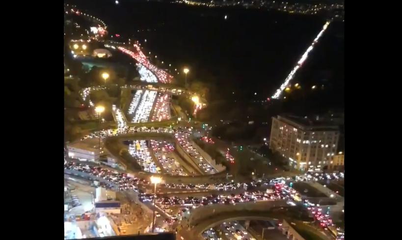 VIDEO| Parizienii fug de izolare. Încercând să scape de restricții, au format cozi de 700 de kilometri