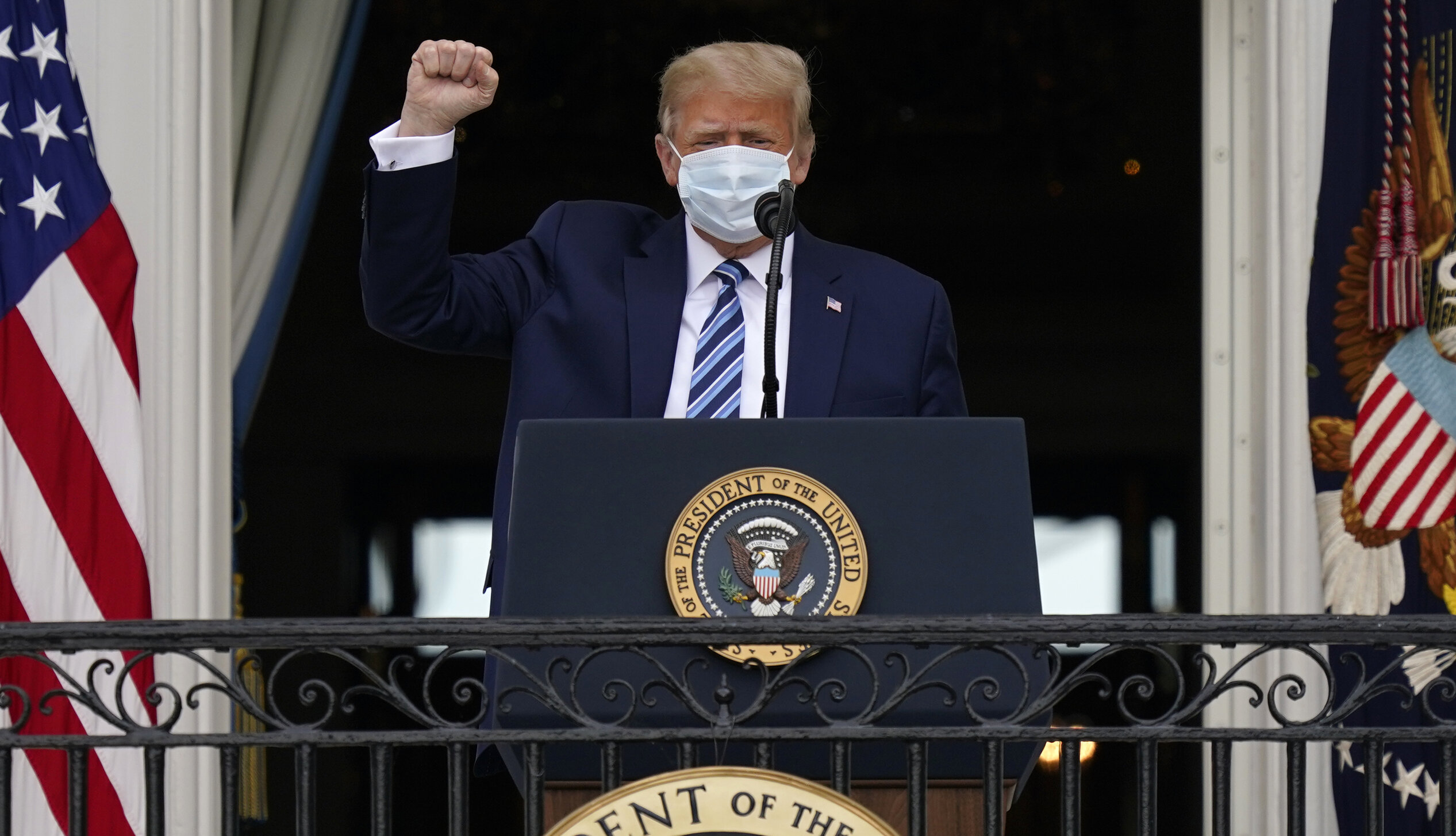 """Virusul face ravagii, suprasolicită spitalele, dar personalitățile contaminate """"se simt bine"""" după boală. Cum se explică?"""