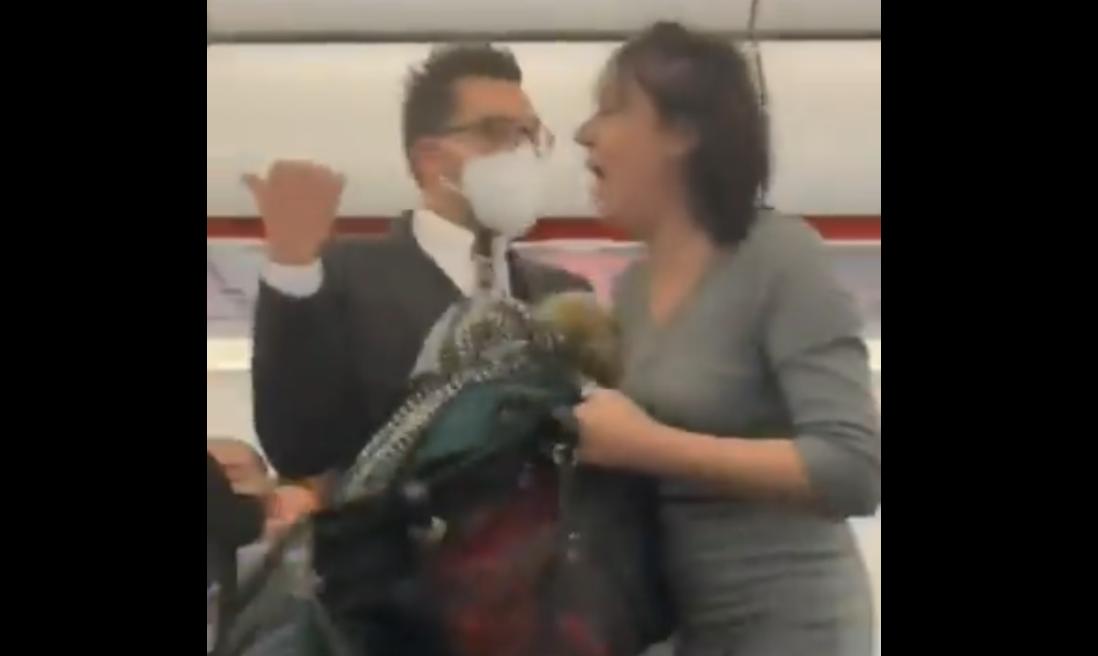 """O femeie fără mască tușește spre pasagerii unui avion, înainte de a fi debarcată: """"Toată lumea va muri"""""""