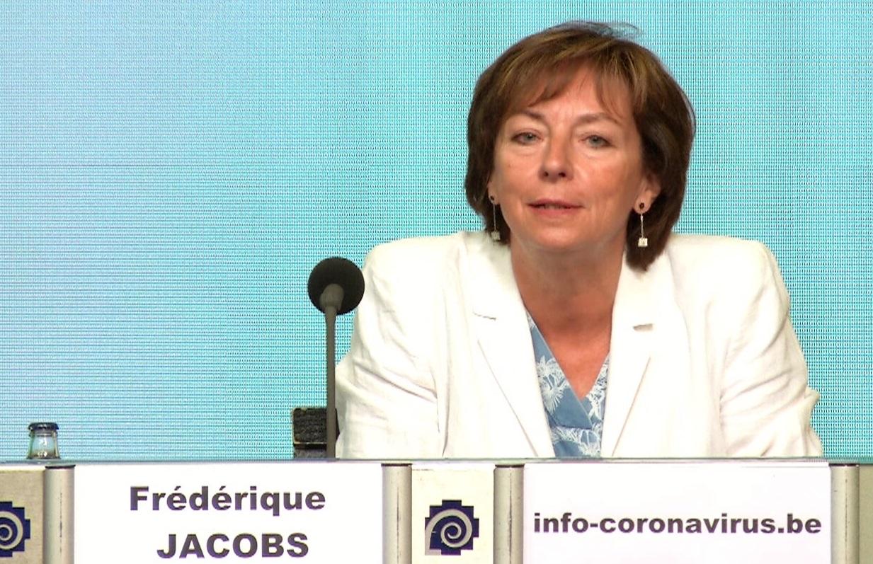 """""""Dacă vrei să fii responsabil de moartea unei persoane dragi, organizează petrecerea de Crăciun"""", spune Frédérique Jacobs, medic infecționist"""