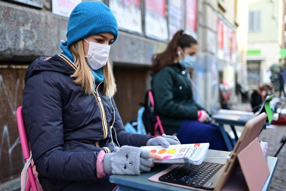 Protest emoționant. Anita Iacovelli face cursurile online, din fața școlii la care învăța și cere redeschiderea acesteia