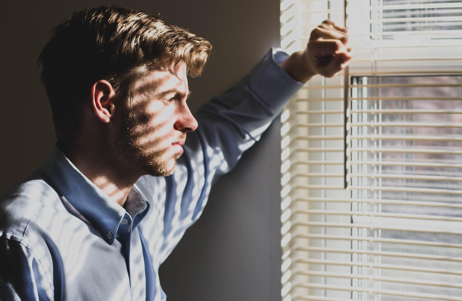 """Ești tot mai depresiv din cauza restricțiilor. Procentul celor afectați """"s-a dublat în ultimele șase săptămâni"""""""