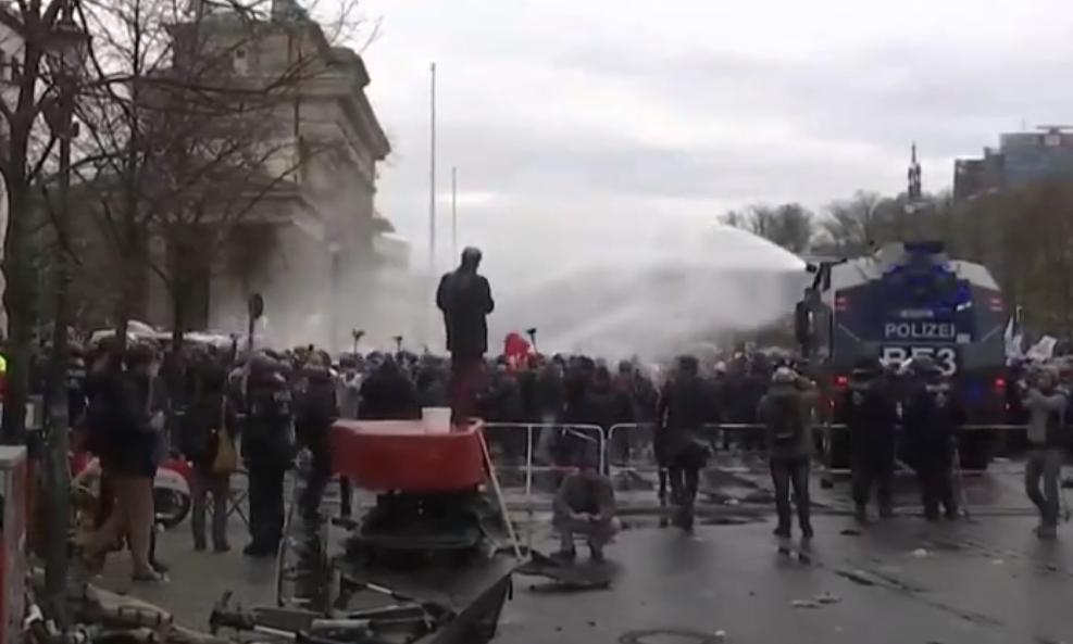 Germania| Proteste violente împotriva restricțiilor. Autoritățile au intervenit cu tunuri cu apă și au făcut arestări