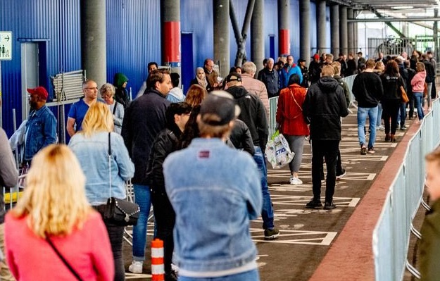 """Belgienii ies din izolare în Olanda. """"Trebuie să închidem magazinele, există un aflux mare de cetățeni belgieni"""""""