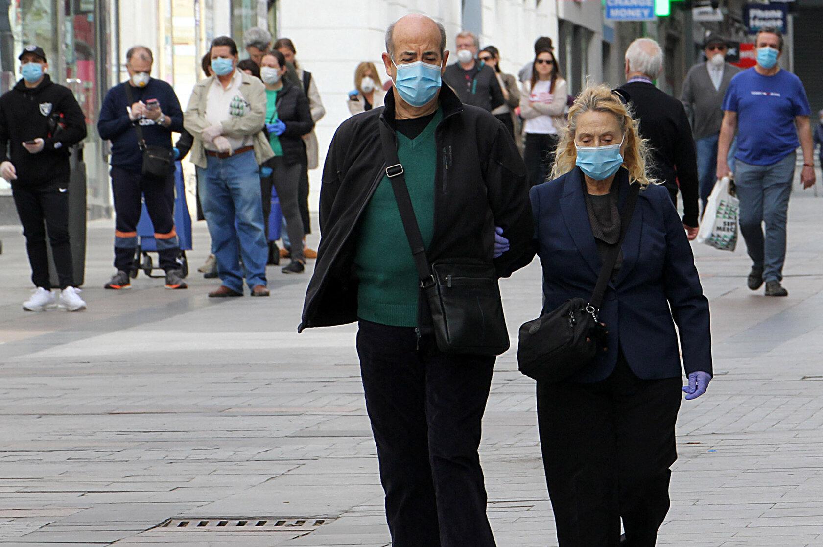Masca nu joacă un rol important în oprirea contaminării, arată un studiu danez. Experții acuză limitările cercetării