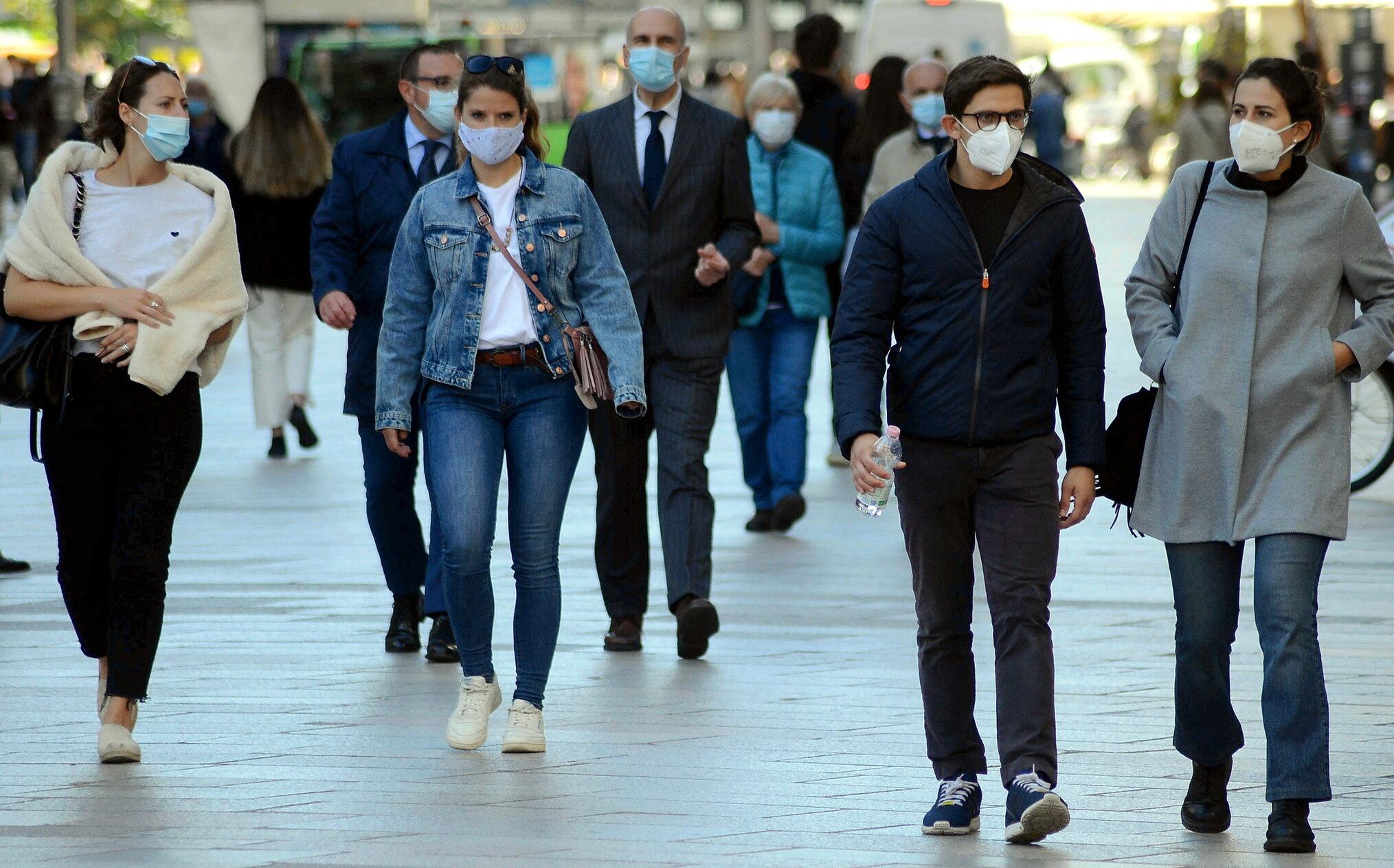 Pandemia s-ar putea opri dacă cel puțin 70% dintre cetățeni ar folosi constant masca, în locurile publice