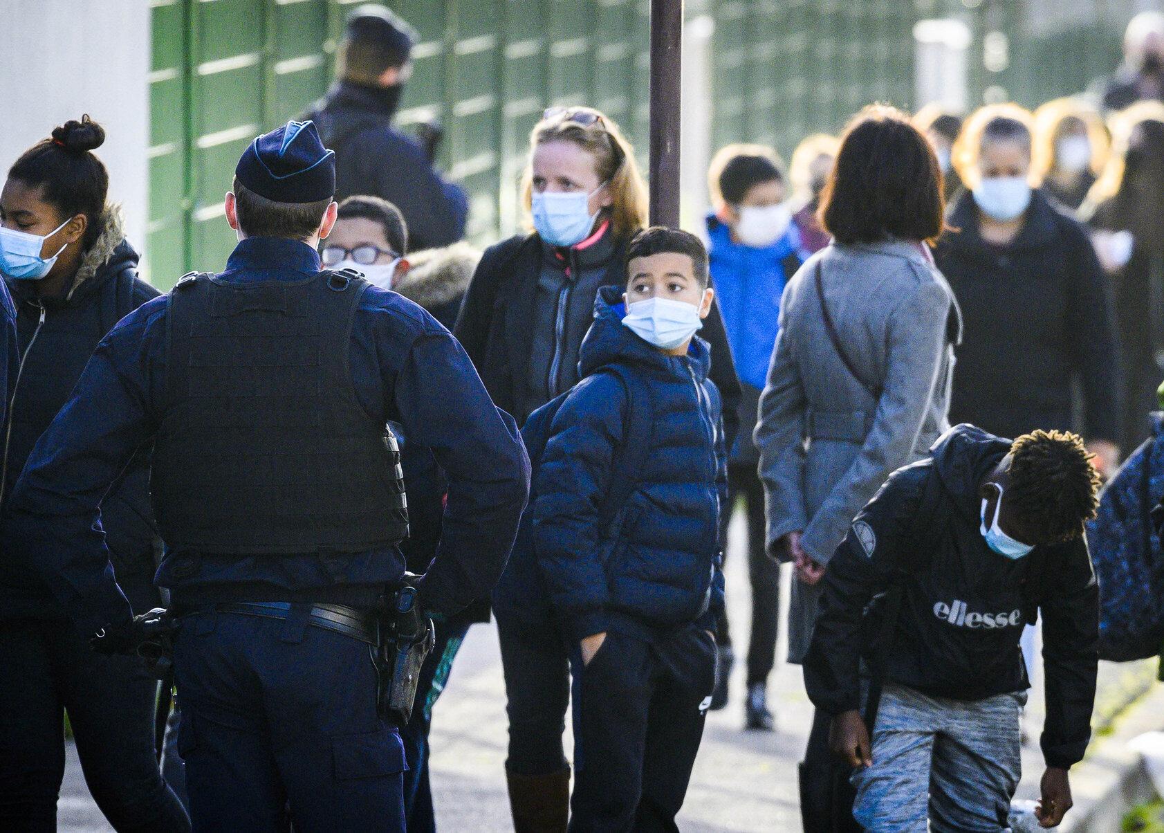 """Obligația de a purta mască la școală, contestată în instanță. Copiii sunt supuși """"suferințelor psihice și fizice"""""""